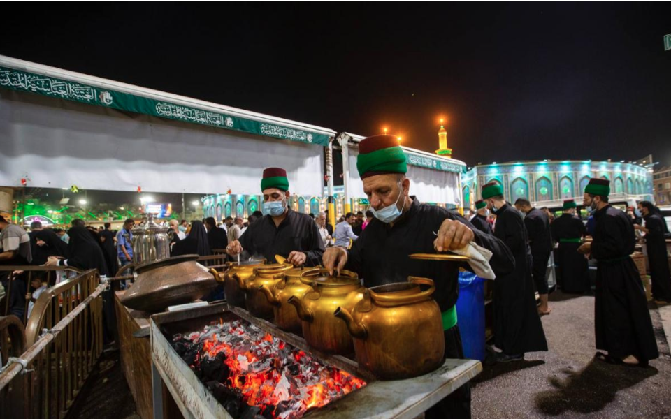 A renewed heritage during the month of Ramadhan: Distributing tea in the vicinity of the shrine of Aba al-Fadl al-Abbas (AS)